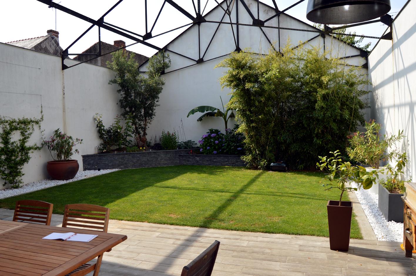 création et aménagement d'espaces végétalisés harmonieux: fleurs, arbres, pelouse